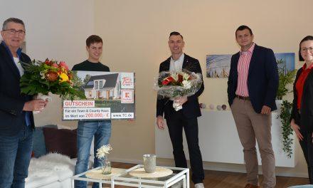 Kaufland-Gewinnspiel: Town & Country Haus übergibt Scheck an glücklichen Gewinner